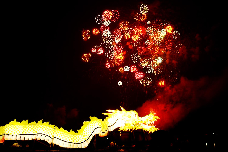 烟花和龙神船照亮富士见湖
