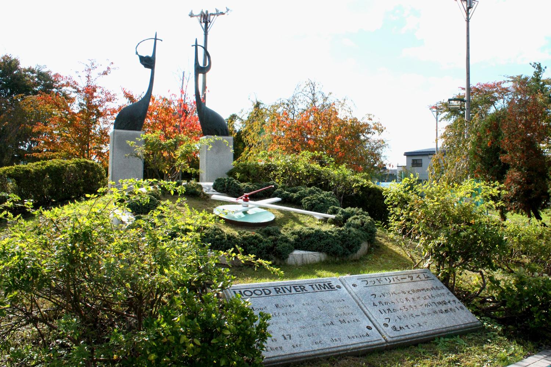 在公园中央纪念碑旁的花钟表显示的时间是鹤田町姊妹城市美国胡德里佛的时间