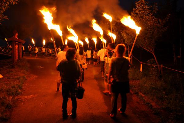 水和火的祭典 鹤田节的圣火围绕村庄