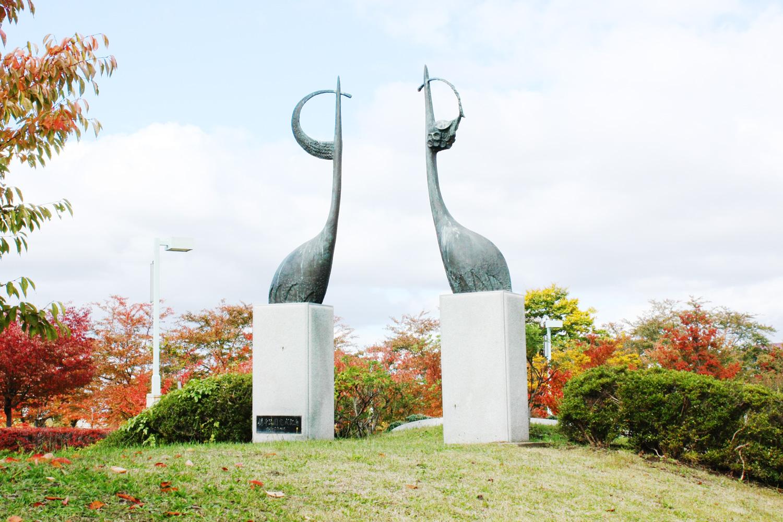 在运动公园,还有2组大型鹤雕刻亲密的站立着